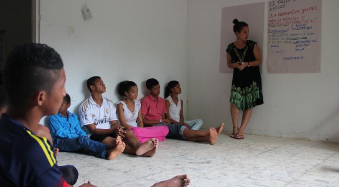 Colombie: La formation comme moyen de protection. Comment PAS transmet aux jeunes des communautés des instruments et des stratégies d'autoprotection.
