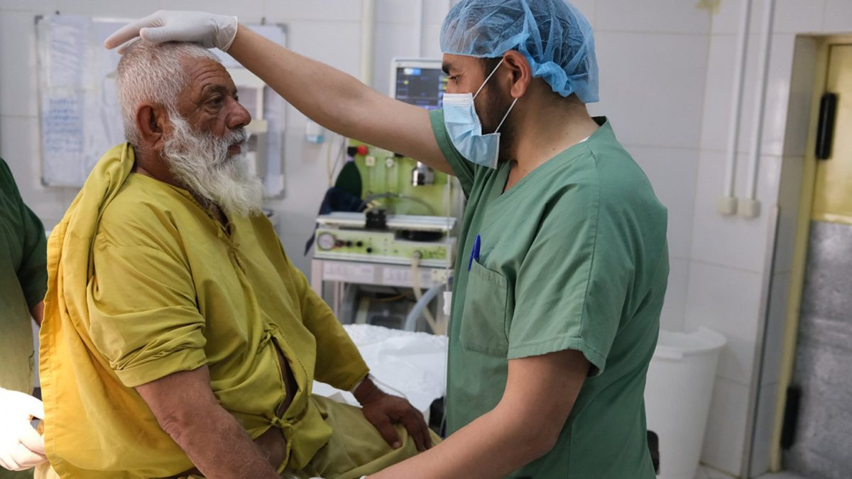 Afghanistan: avenir incertain et hôpitaux pleins